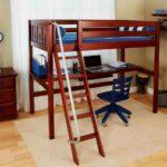 Наклонная лестница с плоскими ступенями и поручнем – самое удобное и безопасное решение